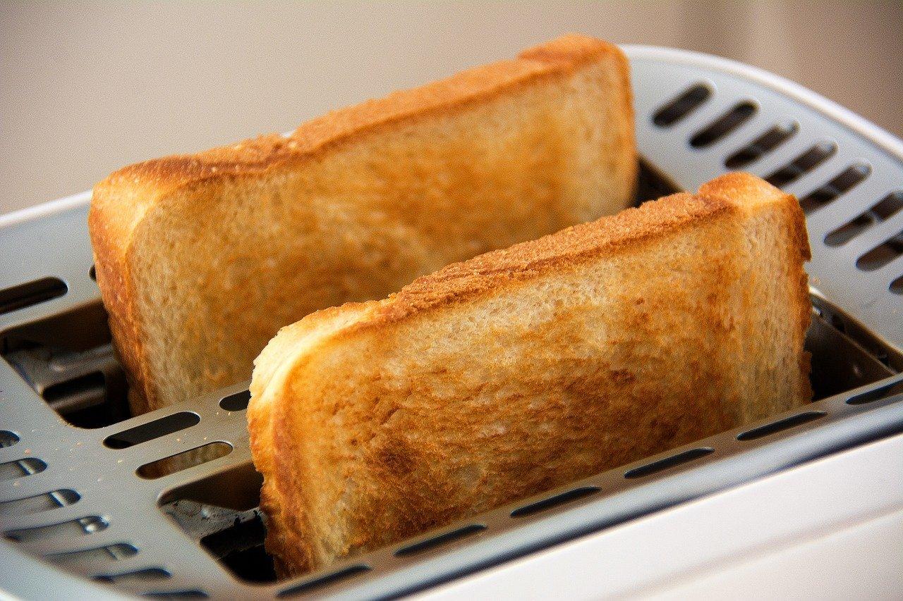 zwei scheiben toaster mit braunen toasts