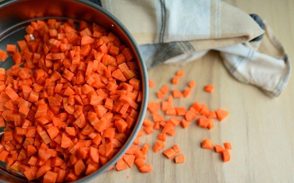 karotten in wuerfel geschnitten